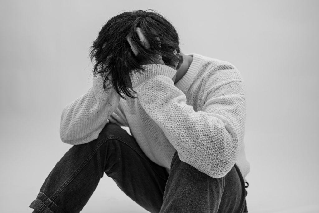 円形脱毛症と白髪の原因